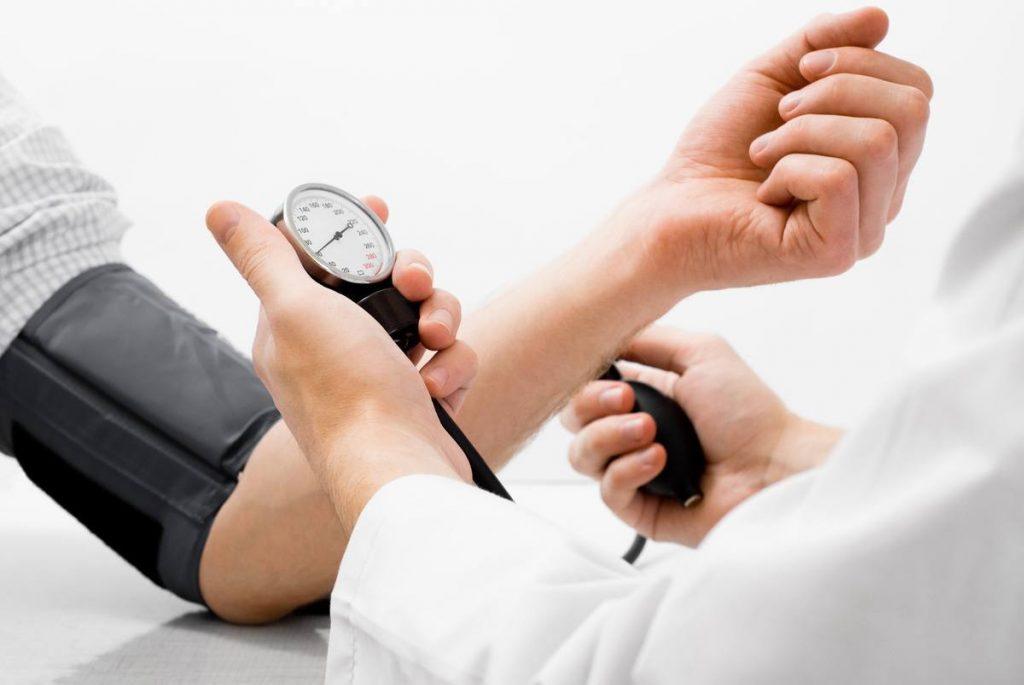 La hipertensión arterial es una patología crónica que consiste en el aumento de la presión arterial. Una de las características de esta enfermedad es que no presenta unos síntomas claros y que estos no se manifiestan durante mucho tiempo.