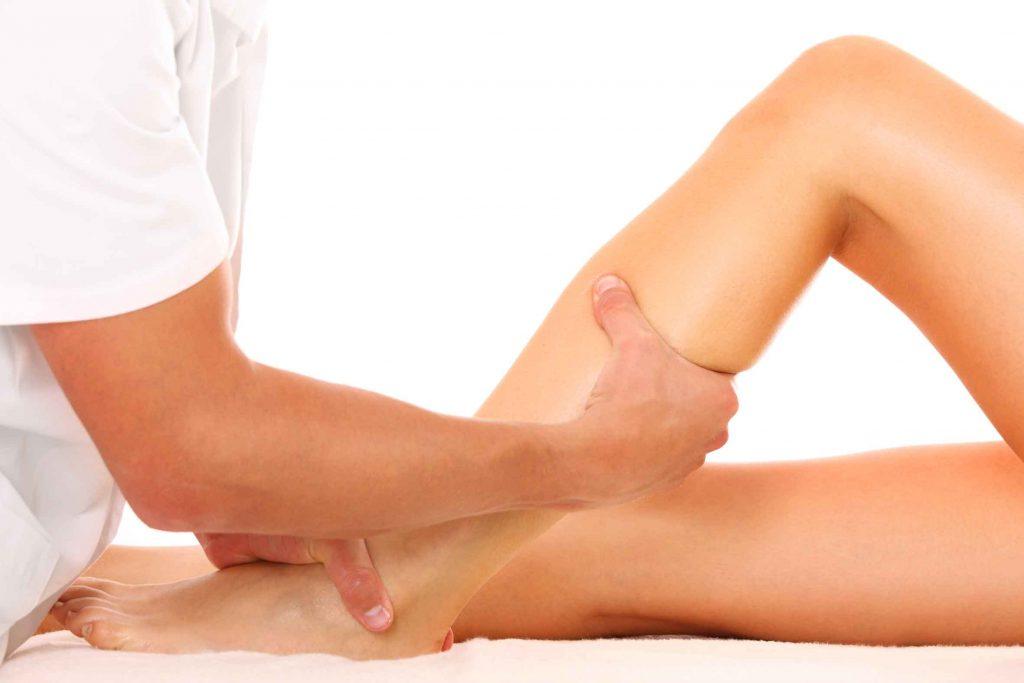 Realizarse masajes regularmente en la zona afectada por las várices puede ayudar a aliviar los malestares generados por esta condición de las venas