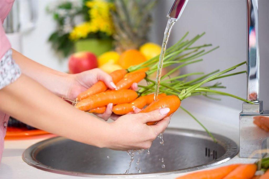 Es de vital importancia mantener una buena limpieza y lavado de vegetales y frutas para evitar enfermedades.